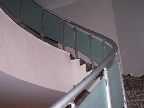 camlı bükümlü merdiven korkuluk